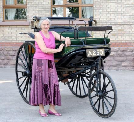 Jutta Benz am Benz Patent-Motorwagen aus dem Jahr 1888