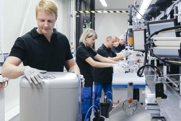 Fertigung eines Mercedes-Benz-Heimspiechers bei der Unternehmenstochter Deutsche Accumotive