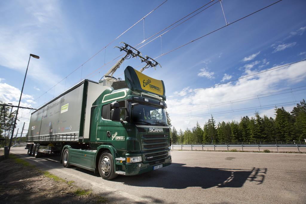 Scania G 360 Hybrid an der Oberleitung