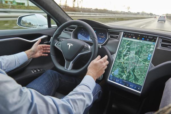 Teilautomatisiertes Fahren im Tesla Model S