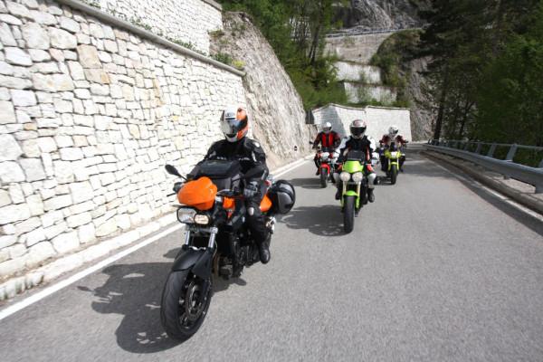 Motorradfahrer in Schutzkleidung.