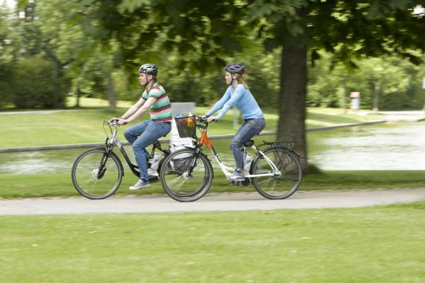 Auf schnellen Pedelecs muss ein geeigneter Helm, also ein Motorradhelm, getragen werden. Auf dem E-Bike reicht ein konventioneller Radhelm.