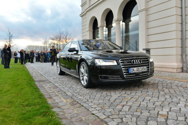 Ein Audi-Testfahrzeug zum pilotierten Fahren im Einsatz vor der Nationalen Akademie der Wissenschaften Leopoldina in Halle.