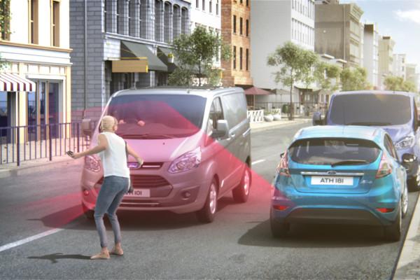 Fußgängererkennung auch für Nutzfahrzeuge: Ford bietet den Pre-Collision-Assist jetzt auch für den Transit und die Custom-Modelle an.