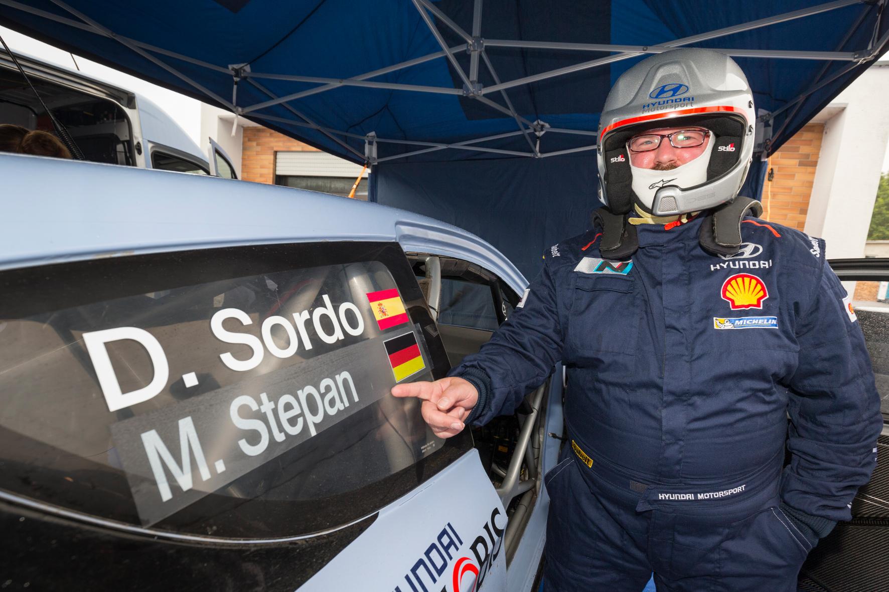 Name und Flagge aufs Taxi, und los geht's. Glücklicherweise weiß Dani Sordo, wo er langfahren muss. Denn Richtungsanweisungen können Amateur-Beifahrer nicht geben.