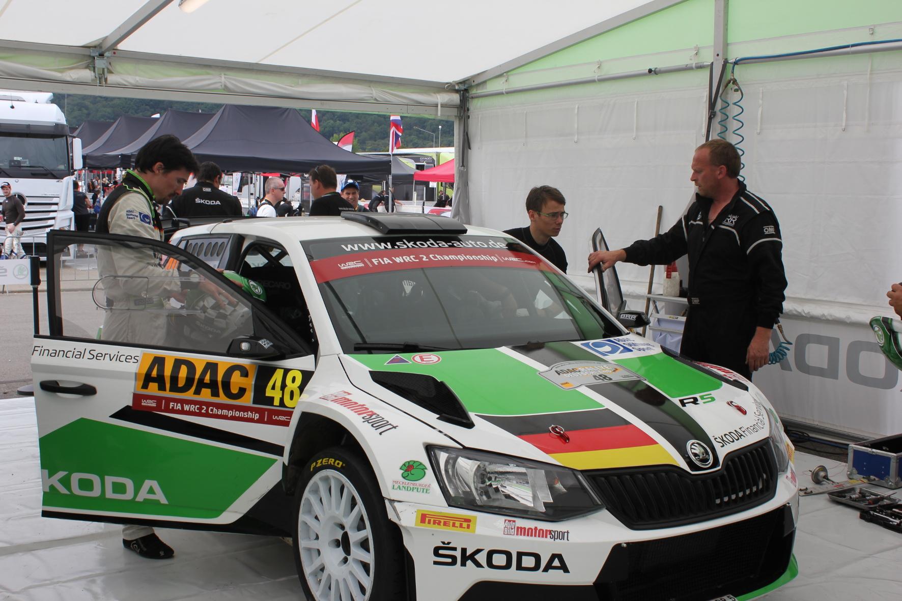 Alles wieder gut: Widi Wiedenhofer übergibt den reparierten Wagen an das Fahrer-Duo.
