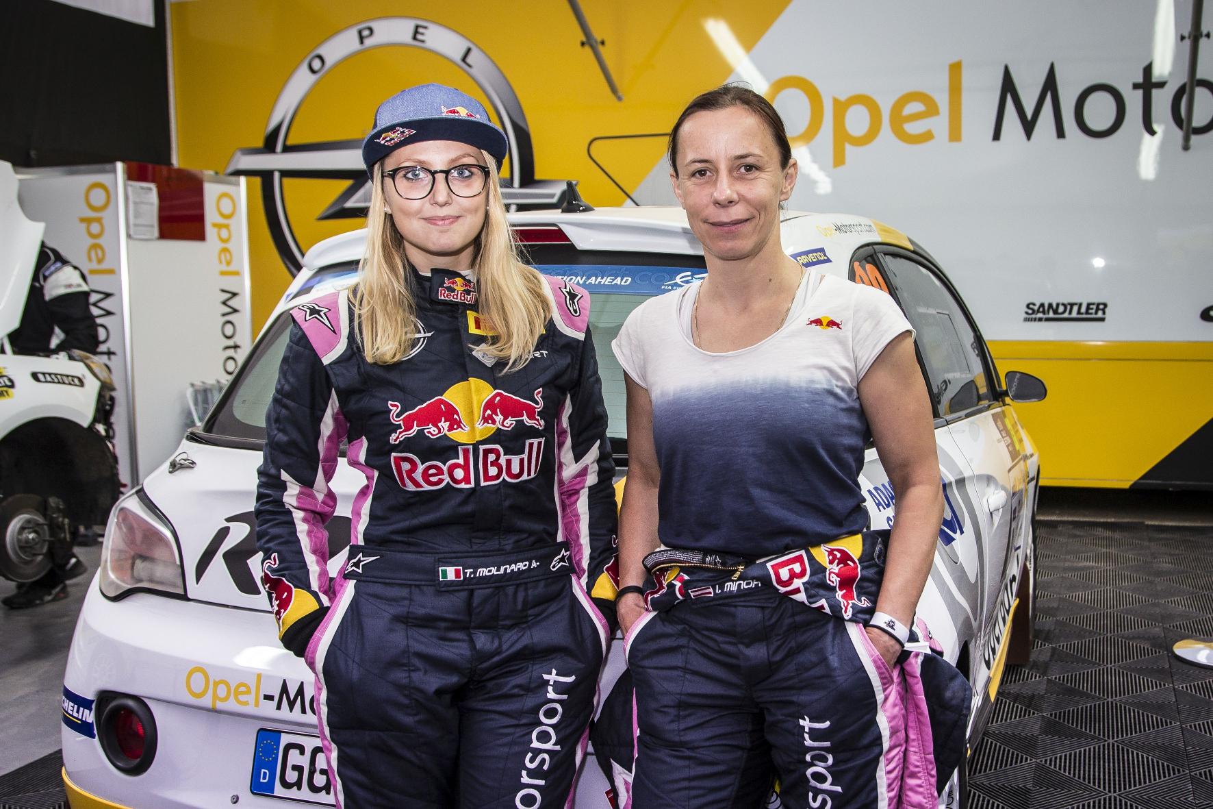 Damenteam - diesmal noch im Vorausfahrzeug: Das Duo Molinaro/Minor steht kurz vor seinem ersten Einsatz in regulärer Wertung.