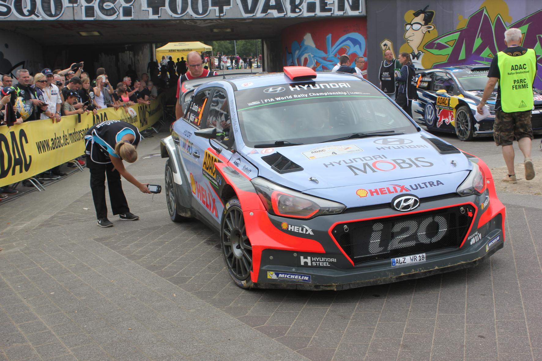 Doping-Kontrolle: Im Parc fermé werden die Reifen und auch der Kraftstoff der Rallye-Boliden überprüft.