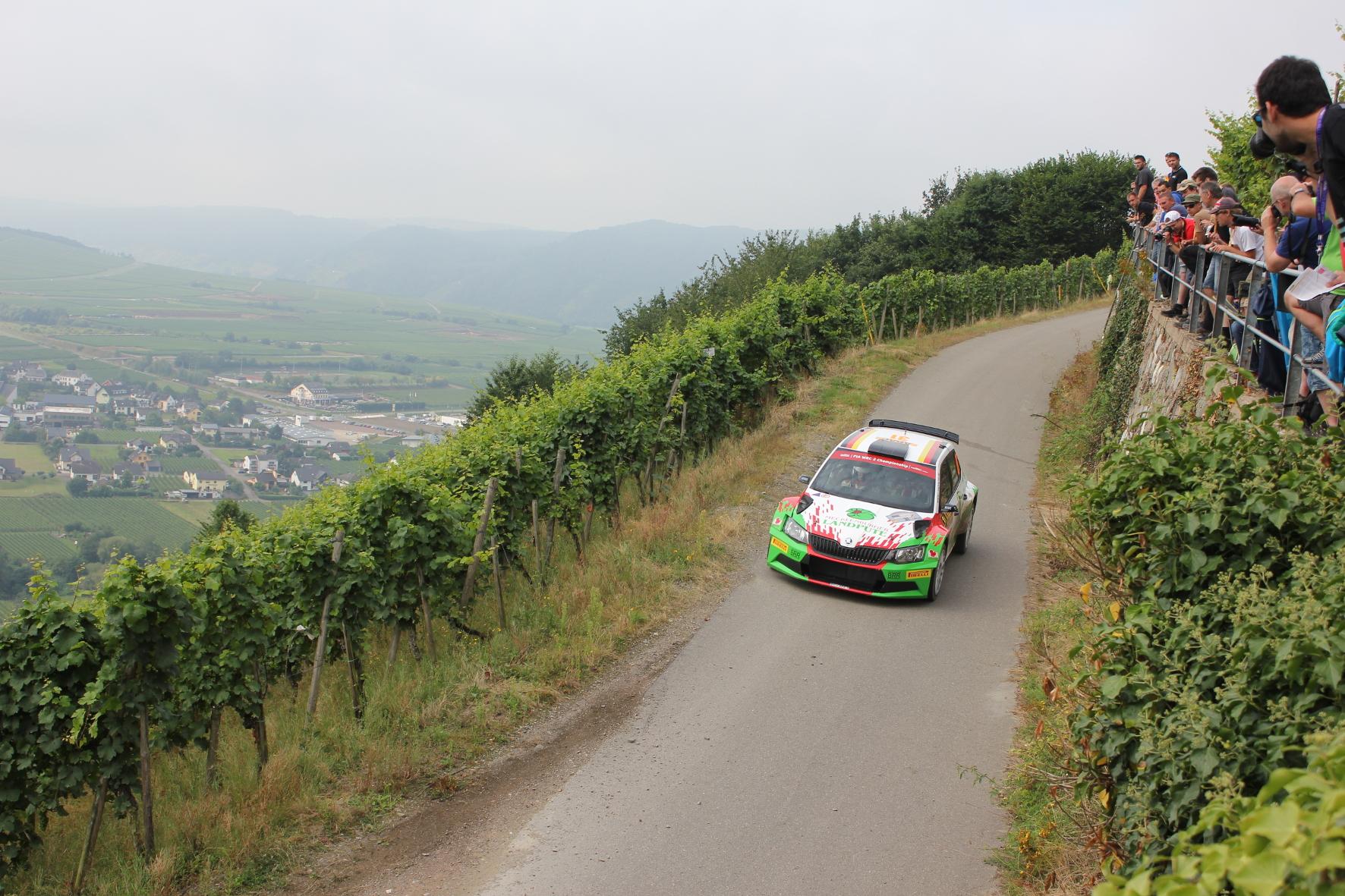 n den ersten Wertungsprüfungen überrascht Privatfahrer Armin Kremer (Foto) in seinem Skoda Fabia R5 und platziert sich sogar vor den Werksfahrern der Tschechen.