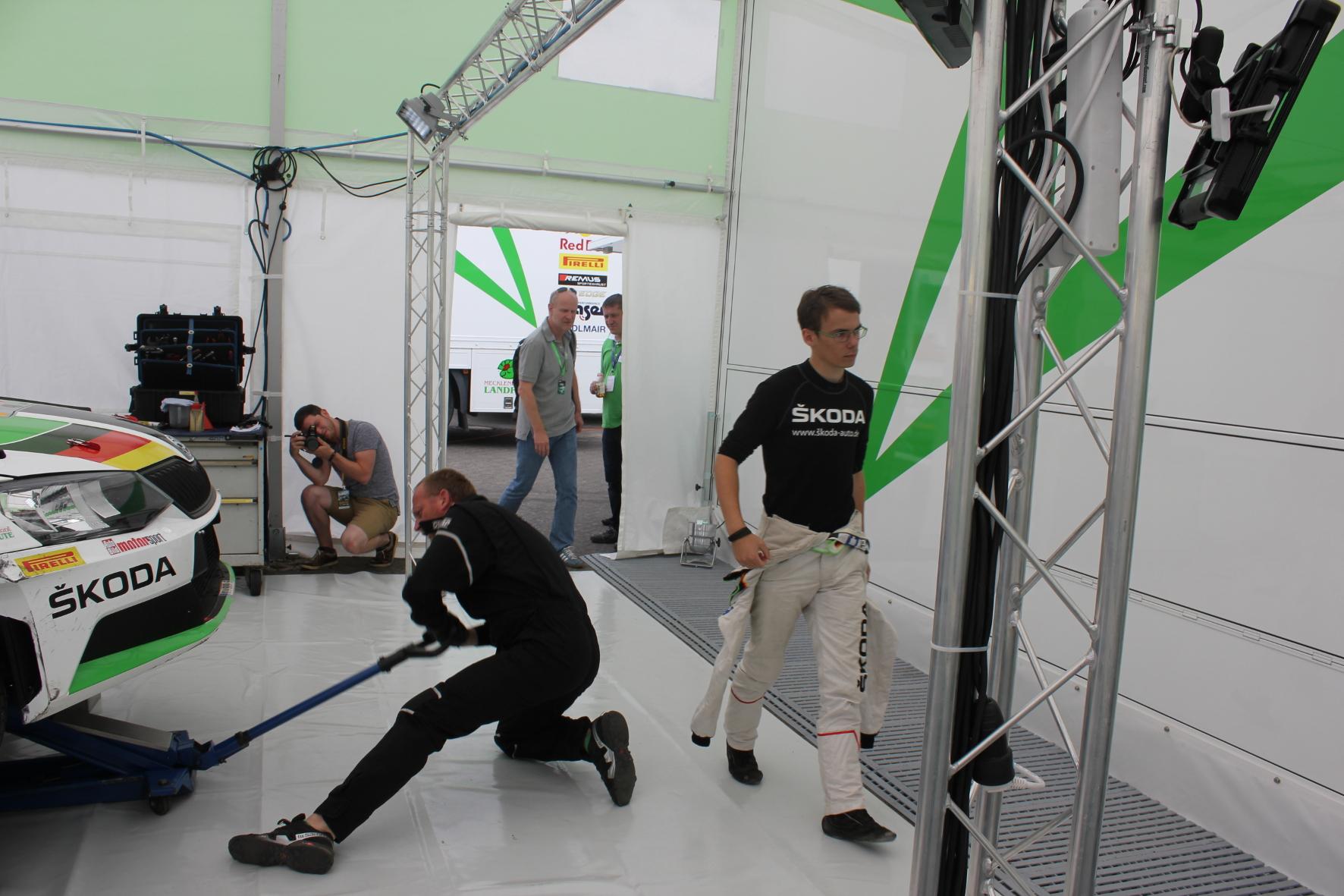 Jetzt muss es schnell gehen: 30 Minuten haben die Mechaniker, um den Fabia R5 von Fabian Kreim (rechts) wieder flott zu machen.