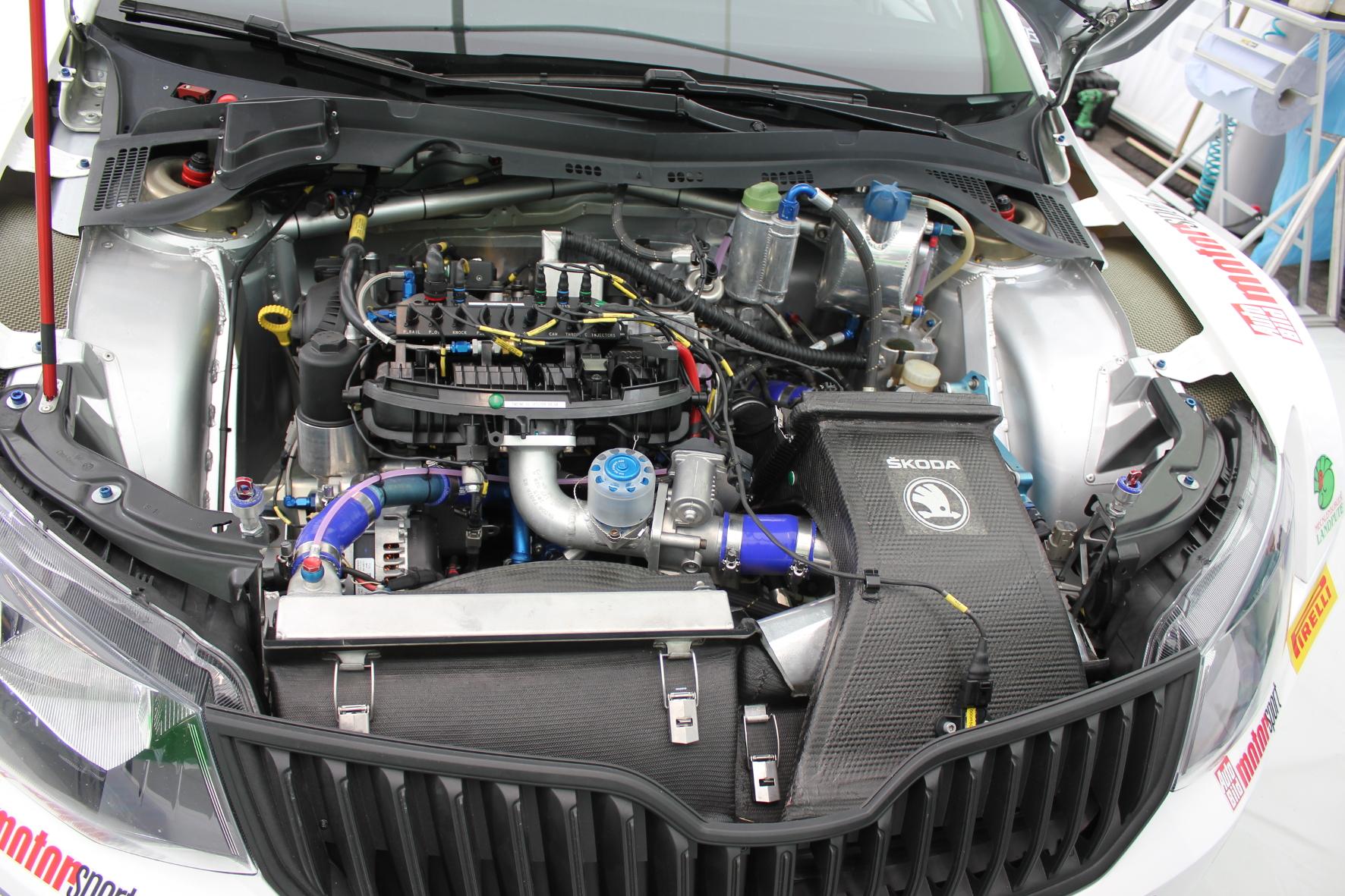 Nichts geht mehr: Auf der Wertungsprüfung springt der Motor der Fabia RS plötzlich nicht mehr an. Jetzt geht es auf Fehlersuche.