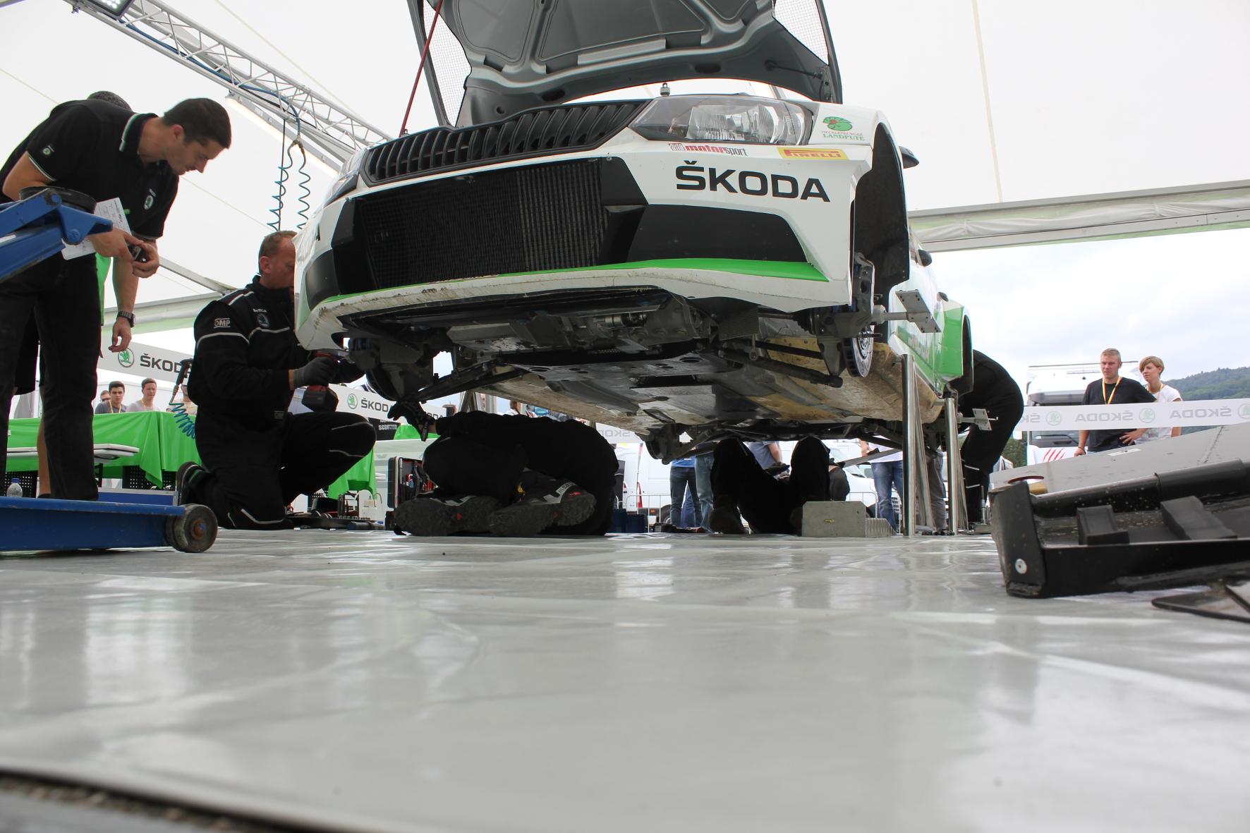 Vier Mechaniker arbeiten parallel am Fabia R5.