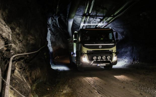 Selbstfahrende Lkw der Modellreihe Volvo FMX im laufendem Bergwerksbetrieb.
