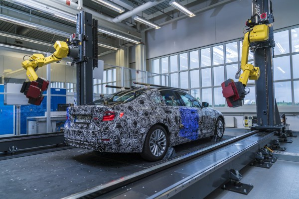 Prototyp des BMW 5er in der vollautomatisierten optischen Messzelle im Pilotwerk in München.
