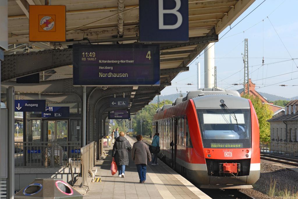 Mittelbahnsteig mit modernem Zugzielanzeiger im Bahnhof Göttingen der DB Station