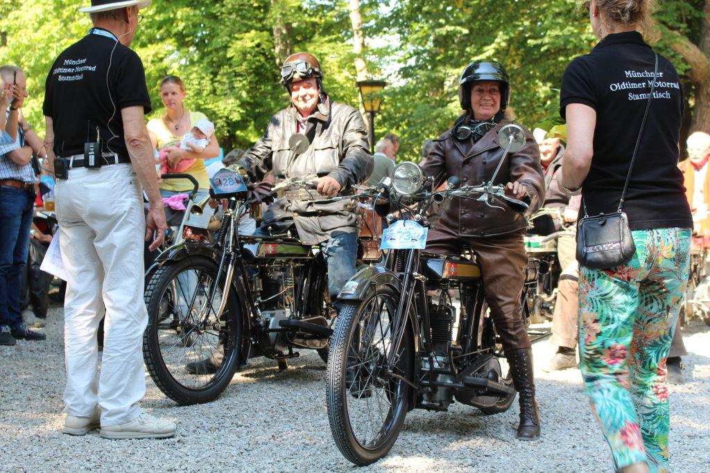 Gemeinsam arbeiten und genießen mit Oldtimern. Fotowettbewerb Platz 2. Wir gehören zusammen - unser Motorrad-Stammtisch, Peter Dahlström, München.