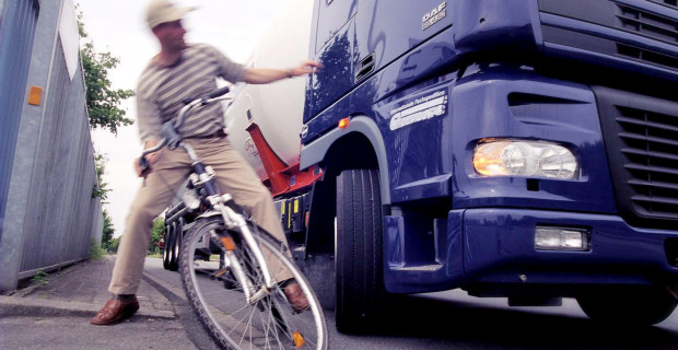 Abbiegeunfälle, bei denen Lkw Fahrradfahrer gefährden, ließen sich durch Assistenzsysteme häufig vermeiden.