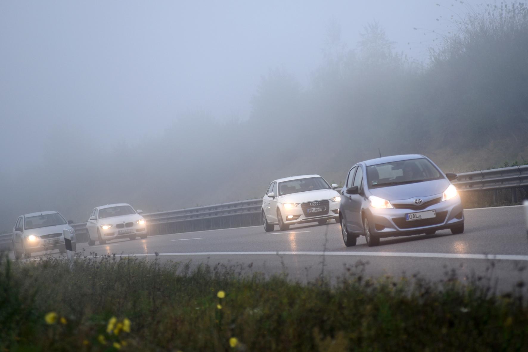 Wenn der Nebel kommt: Damit Autofahrer den Durchblick behalten, müssen sie in dieser Situation einige Grundregeln beachten.