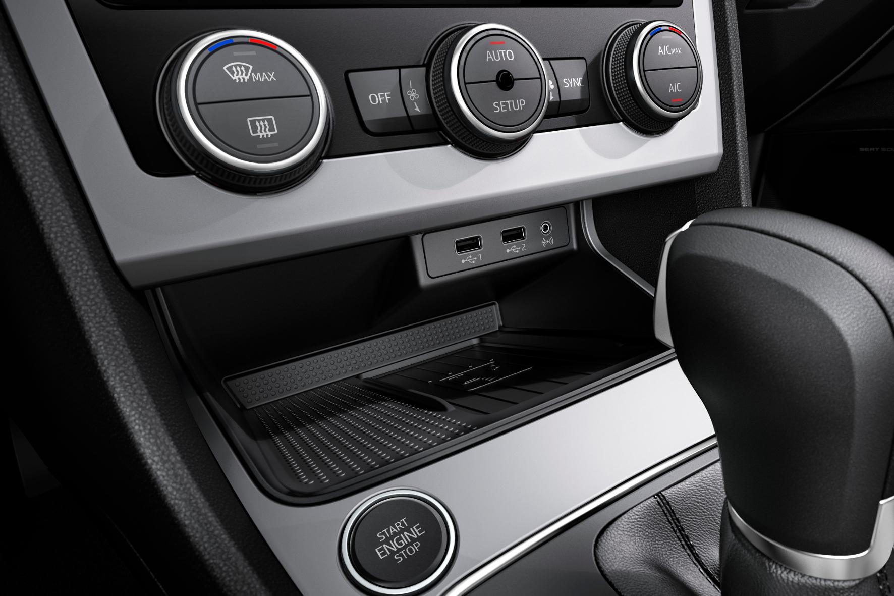 Nur wenige Knöpfe und Schalter sind im Cockpit des Leon platziert. Dazu gibt es sinnvoll platzierte USB- und Klinken-Anschlüsse und eine rutschfeste Ablage inklusive Lademöglichkeit für das Smartphone.