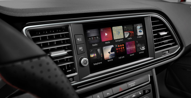 Die Bedienung erfolgt weitgehend über den zentral platzierten 8-Zoll-Touchscreen.