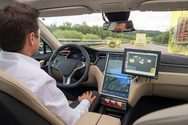 Beim autonomen Autofahren müssen noch einige Hindernisse aus dem Weg geräumt werden. So glauben lediglich 34 Prozent der befragten Autofahrer in Deutschland, dass durch