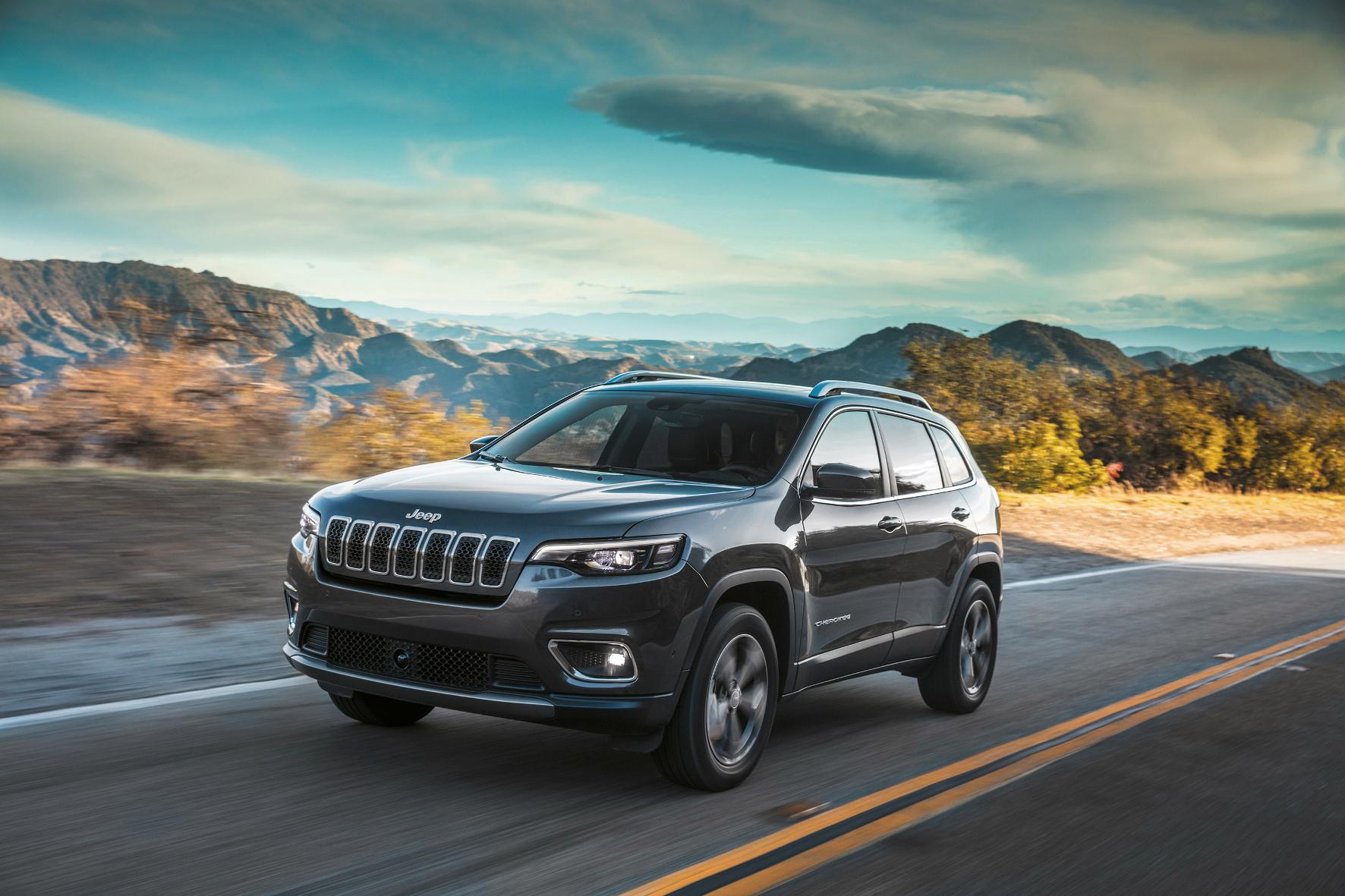 Jeep präsentiert den neuen Wrangler in seiner vierten Generation und den neuen Cherokee. Gleichzeitig teilen sich noch der stärkste Jeep SUV, der Grand Cherokee Trackhawk mit 700 PS sowie der neue Compass Night Eagle die Standfläche.