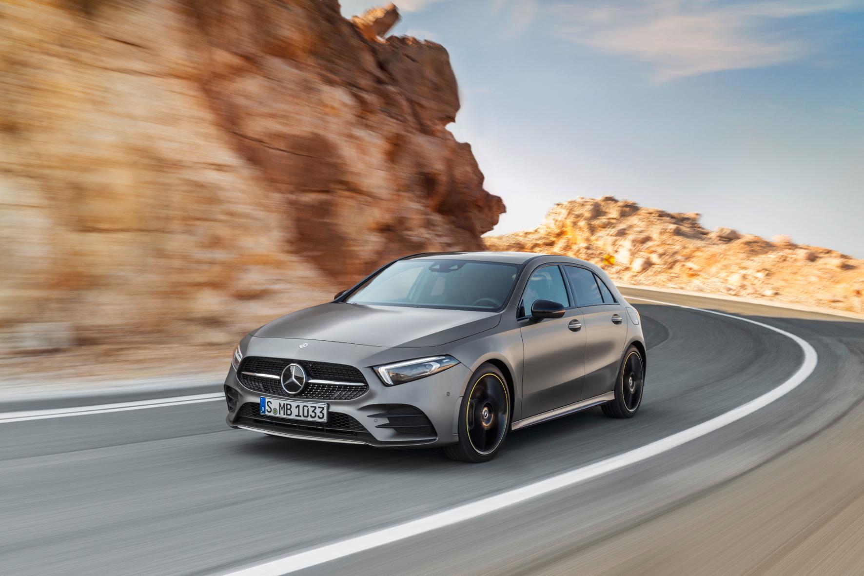 Schick, modern und mit den neuesten Sicherheits- und Fahrerassistenzsystemen ausgestattet rollt die neue Mercedes-Benz A-Klasse auf den Markt.