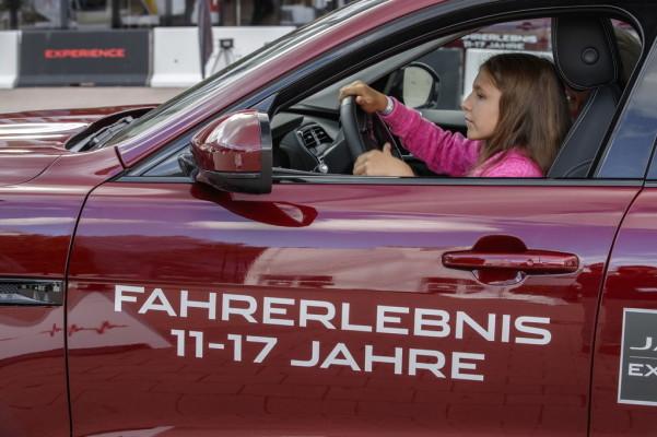 """""""Young Drivers"""" bei Jaguar auf dem IAA-Außengelände"""