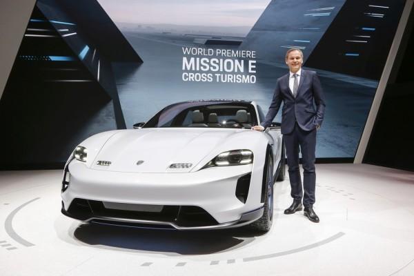 Porsche-Vorstandsvorsitzender Oliver Blume präsentiert die Konzeptstudie Mission E Cross Turismo auf dem Genfer Autosalon.