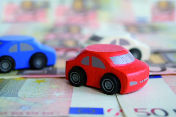 Bei einem Unfall mit dem geliehenen Auto zahlt die Kfz-Haftpflichtversicherung den Schaden am Fahrzeug des Unfallgegners genauso, als wenn der Fahrzeughalter selbst gefahren wäre.
