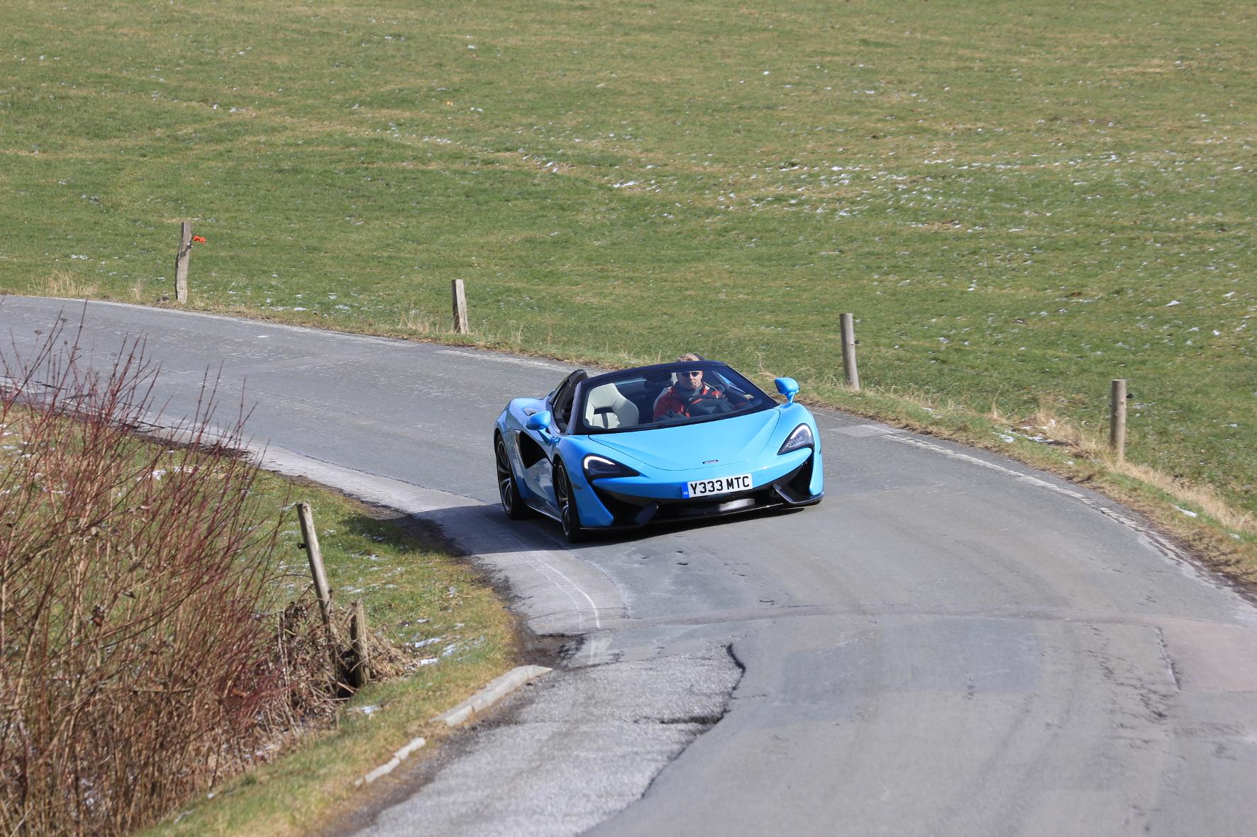Ein Grund für die starke Meinungsmache: Die nur allzu selten zu sehende Außenhaut des McLaren 570S Spider wirkt auf viele Passanten auf eine gewisse Art magisch.