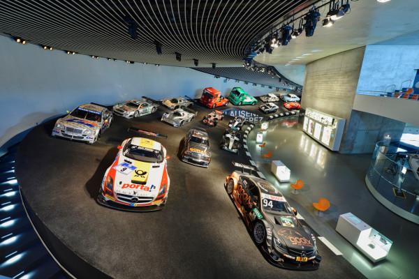 In der Rennkurve Mythos 7 des Mercedes-Benz Museums sind drei Meisterfahrzeuge der DTM ausgestellt.