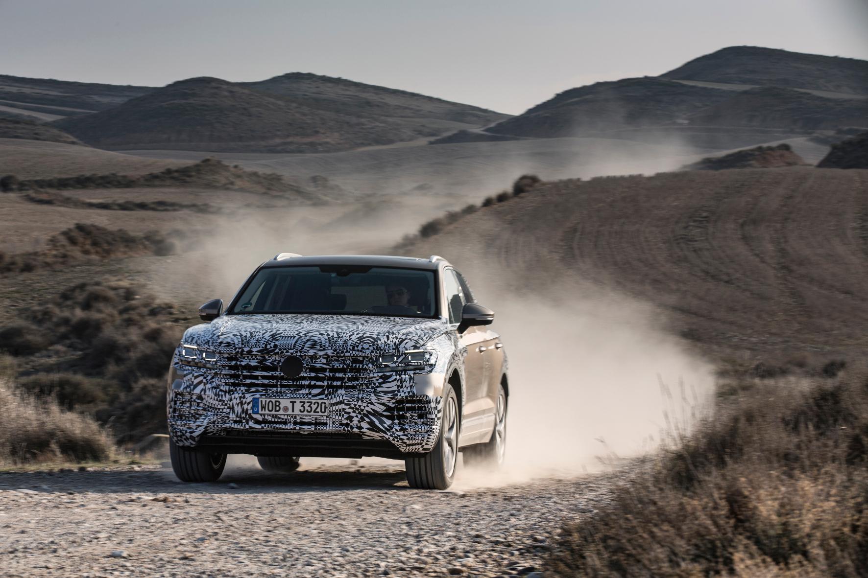 Noch getarnt, dennoch lässt sich die breit geschwellte Brust erkennen: der neue VW Touareg.