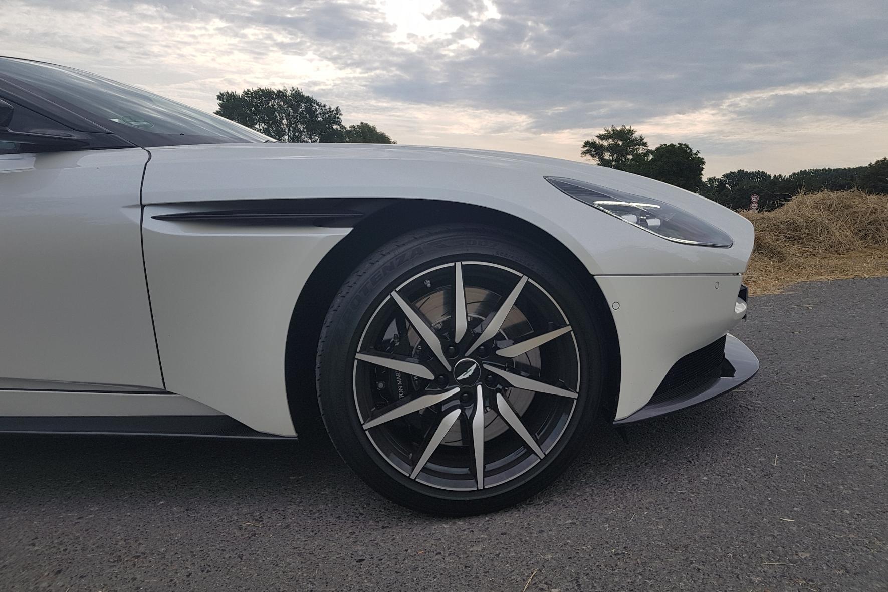 Die Aerodynamik-Elemente Curlicue im vorderen Kotflügel sorgen für eine optimale Luftverteilung und beste Straßenlage des Aston Martin DB11.