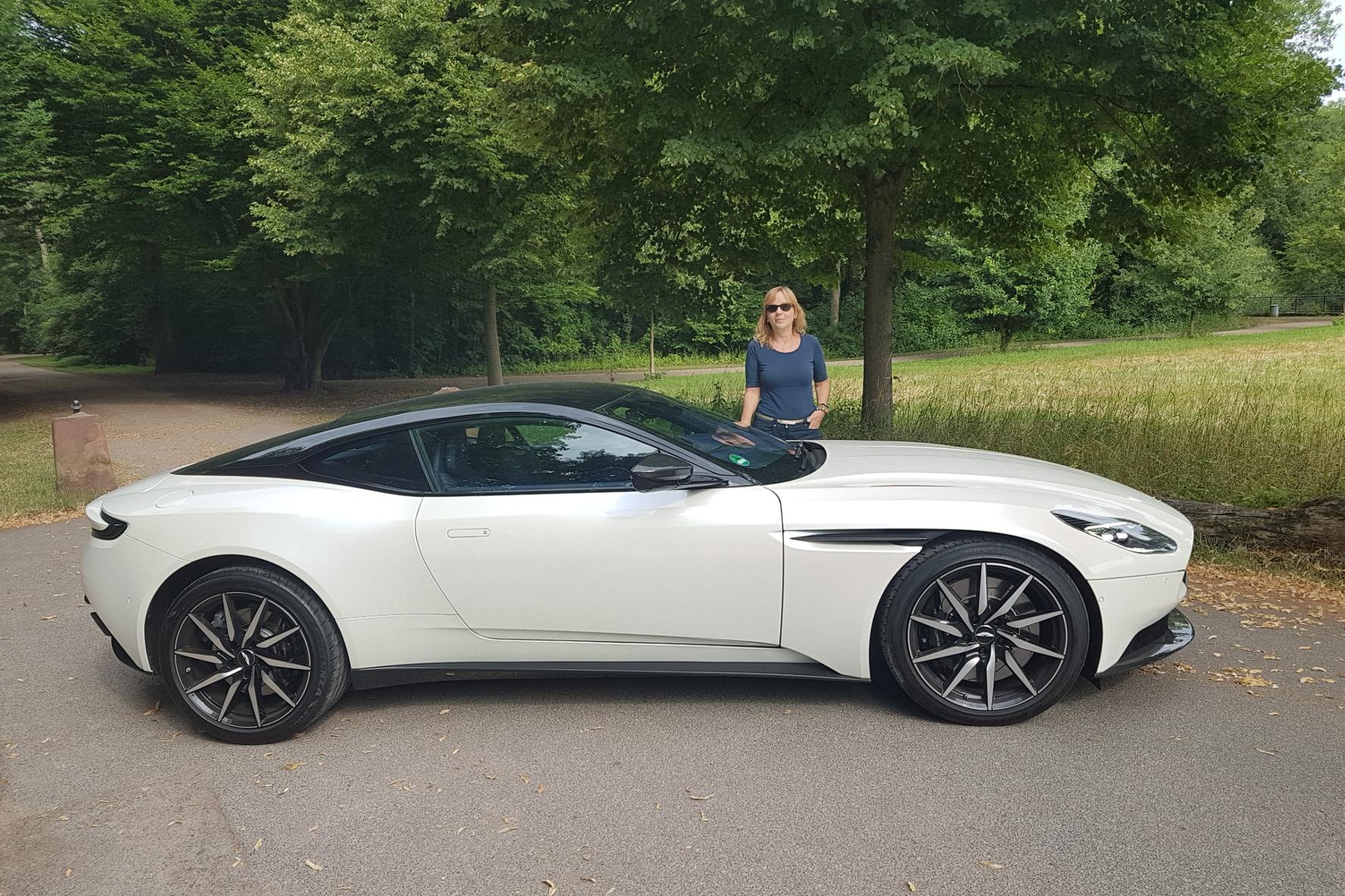 Gestatten: Blond. James Blond - mit der Lizenz zum Fahren. Nicht nur berühmte Geheimagenten sitzen am Steuer eines Aston Martin.