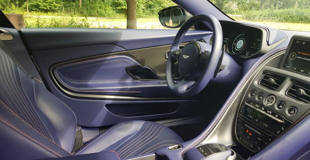 Handarbeit und moderne Handwerkskunst so weit das Auge reicht: Im Innenraum des Aston Martin DB11 ist alles vom Feinsten. Nur das lilafarbene Leder ist etwas gewöhnungsbedürftig.