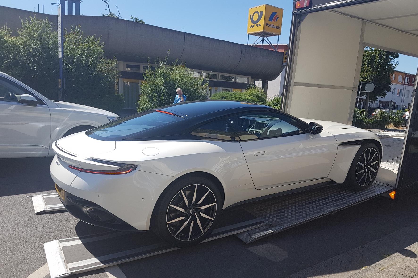 Kostbare Fracht: Ein Aston Martin wird ganz standesgemäß im Lkw geliefert.