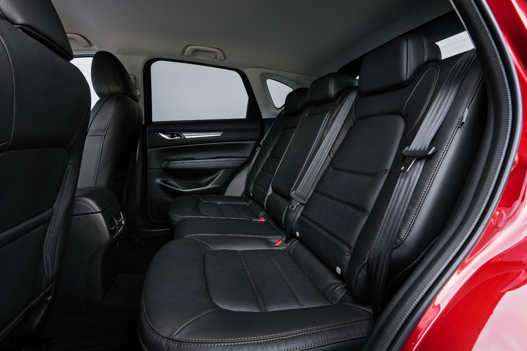 Auch der Hintermann muss nicht darben. Die Rückbank des Fahrzeugs bietet ausreichend Platz für zwei bis maximal drei Erwachsene.