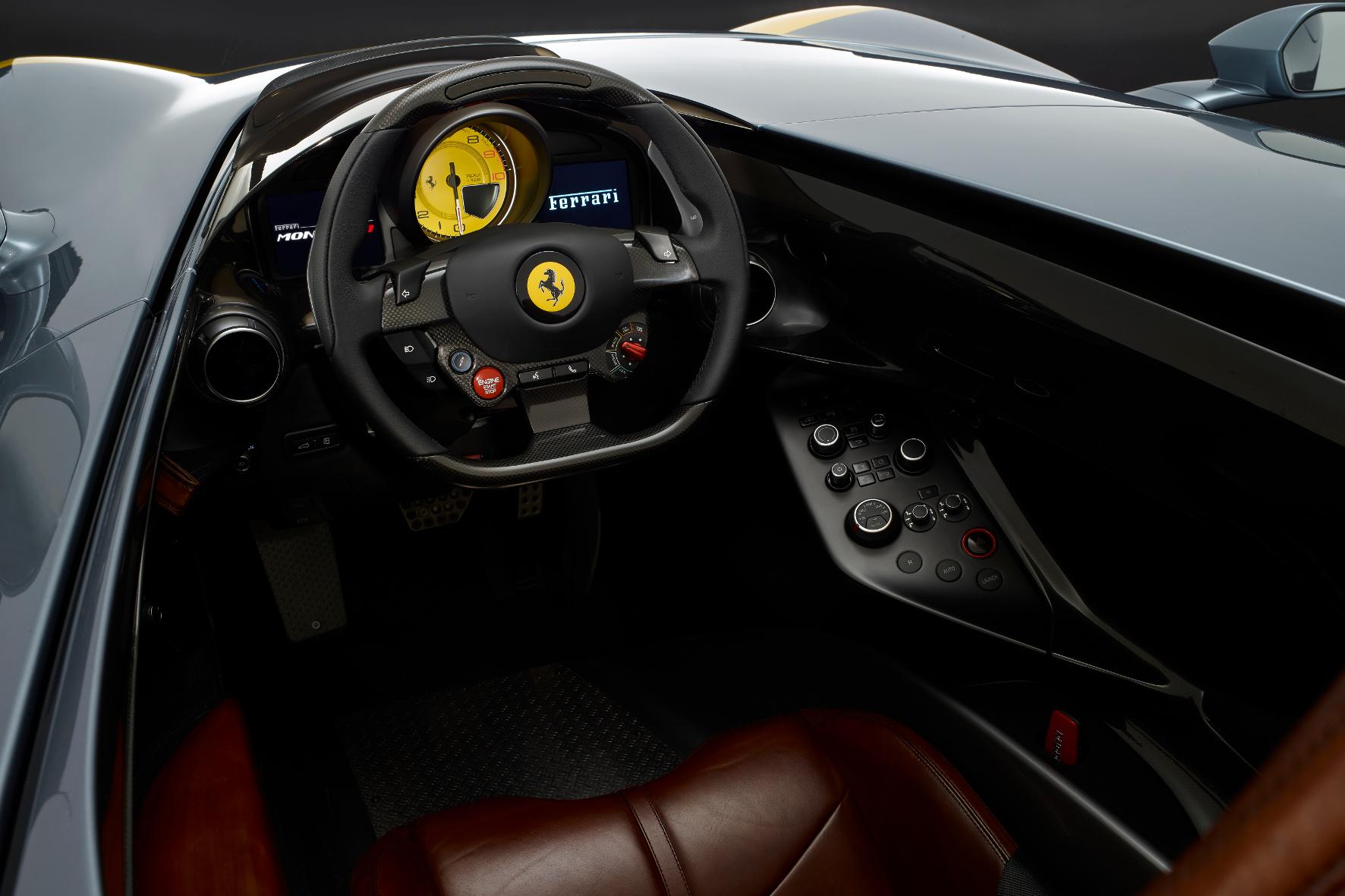 Reduziertes Cockpit mit Drehzahlmesser im Zentrum.