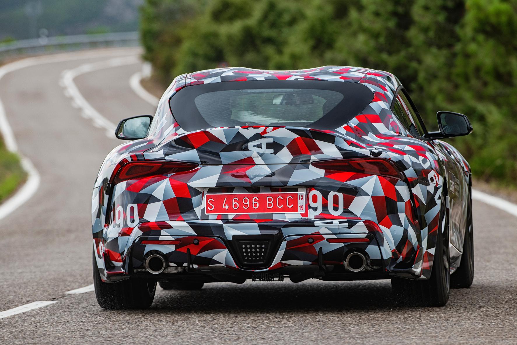 Der Tarnanzug des Supra hat die Farben Schwarz Rot und Weiß - die Motorsport-Tochter Toyota GAZOO Racing lässt grüßen.