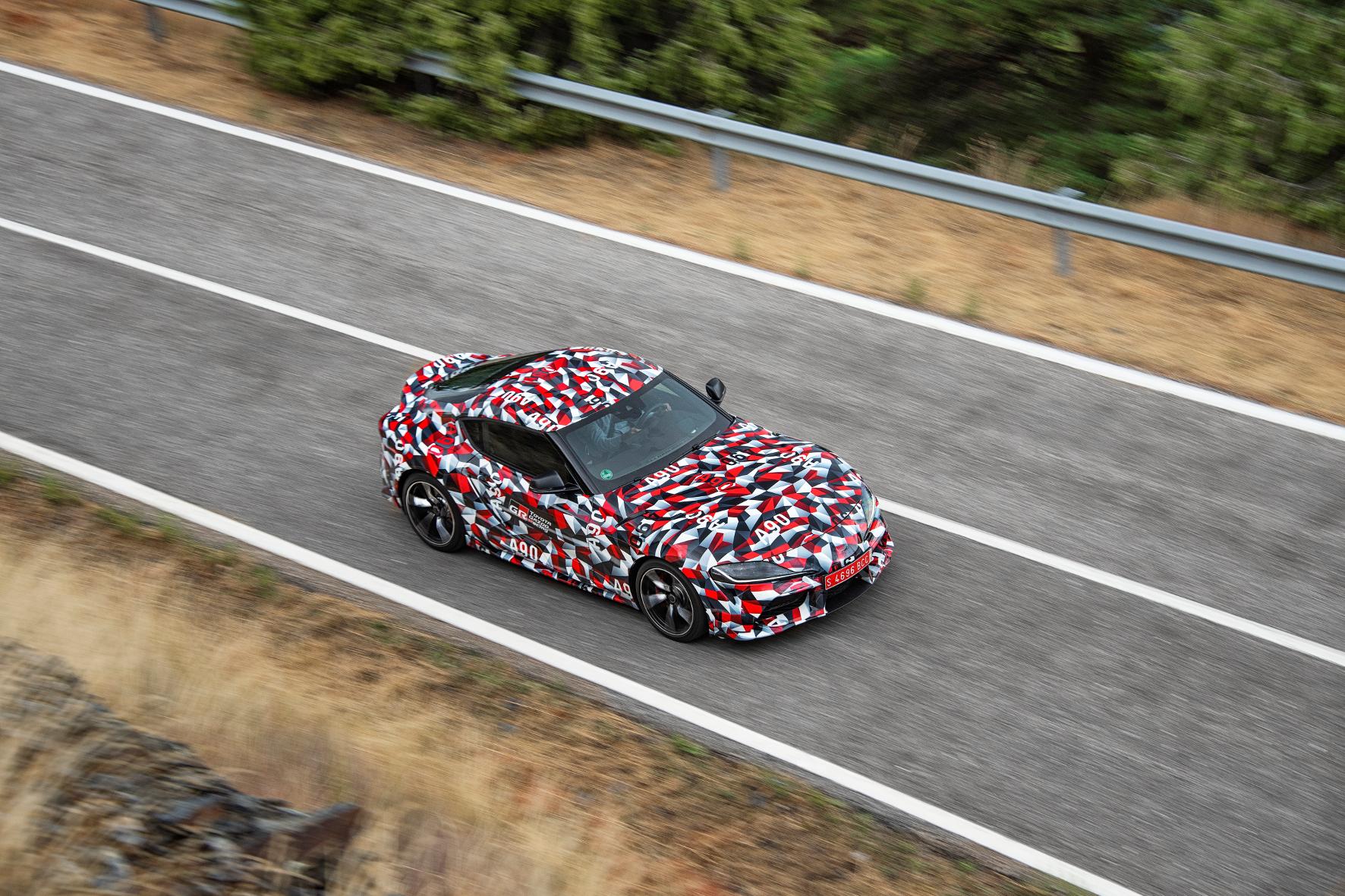 Mit mehr als 300 PS spurtet der Toyota Supra über die Piste.