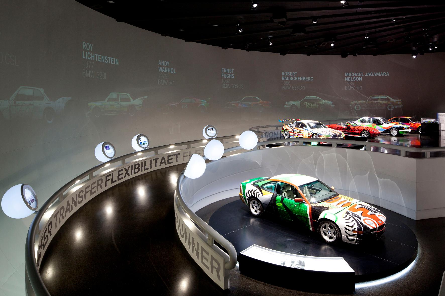 BMW Art Cars sind beliebte Ausstellungsstücke, hier im BMW Museum München. Vorne: David Hockney, Art Car von 1995, BMW 850 CSi.
