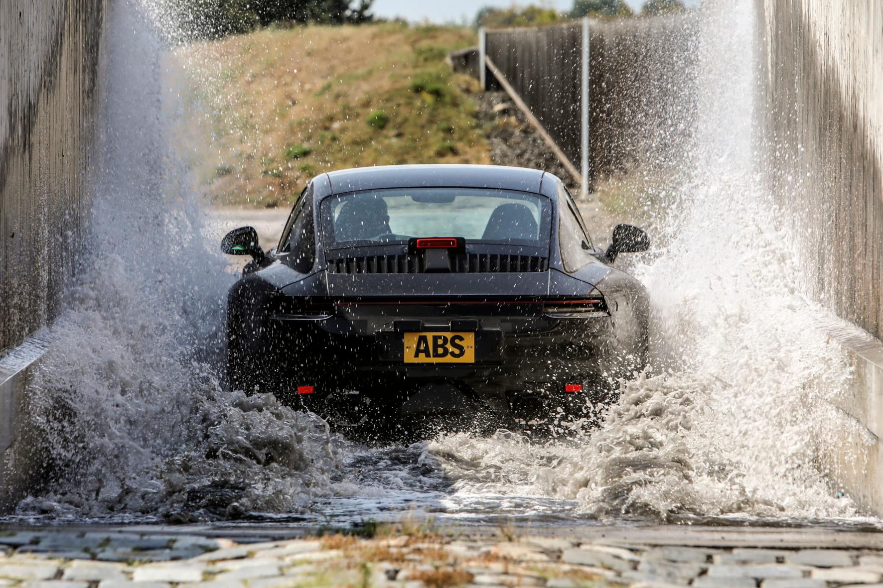 Der neue Porsche 911 im Wassergraben - ein wichtiger Teil des weltweit absolvieren Erprobungsprogramms.