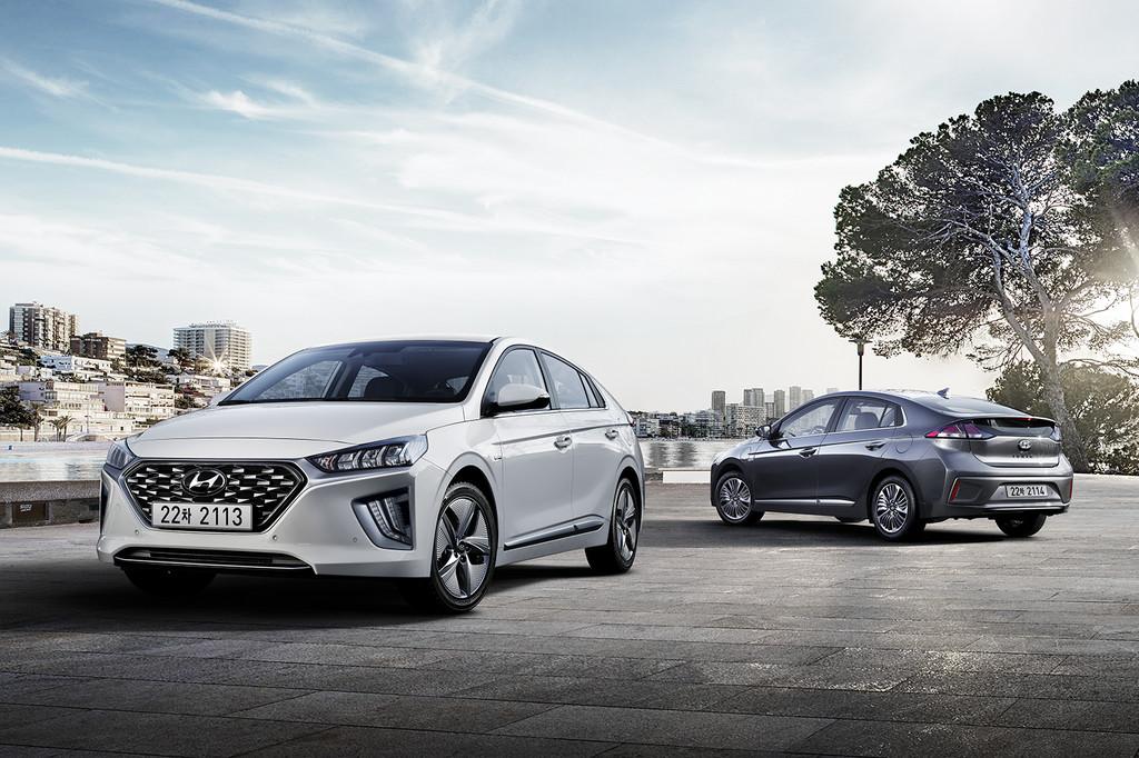 Hyundai Ioniq Hybrid und Plug-in-Hybird (r.).