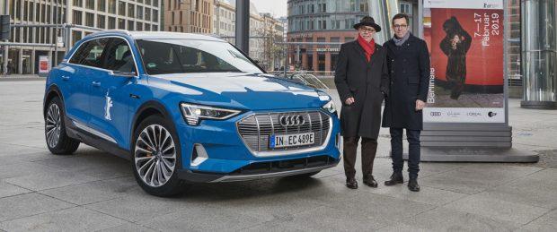 Audi hält die Filmfestspiele Berlin mobil: Festivaldirektor Dieter Kosslick (links) und Jason Lusty, Leiter Marketing Deutschland, mit dem e-Tron.