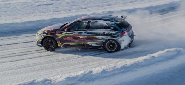 Der Mercedes-AMG A45 demonstriert seine Drift-Qualitäten