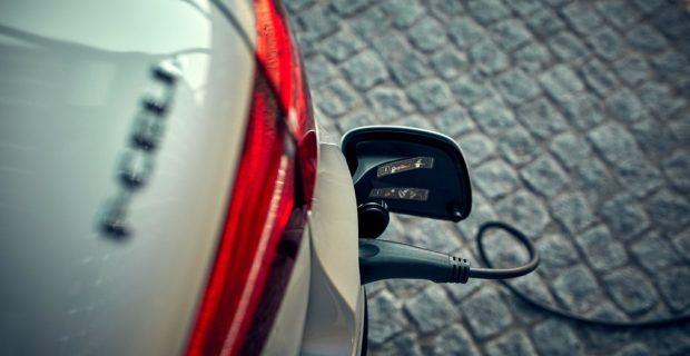 Auch Daimler setzt sich unter Strom