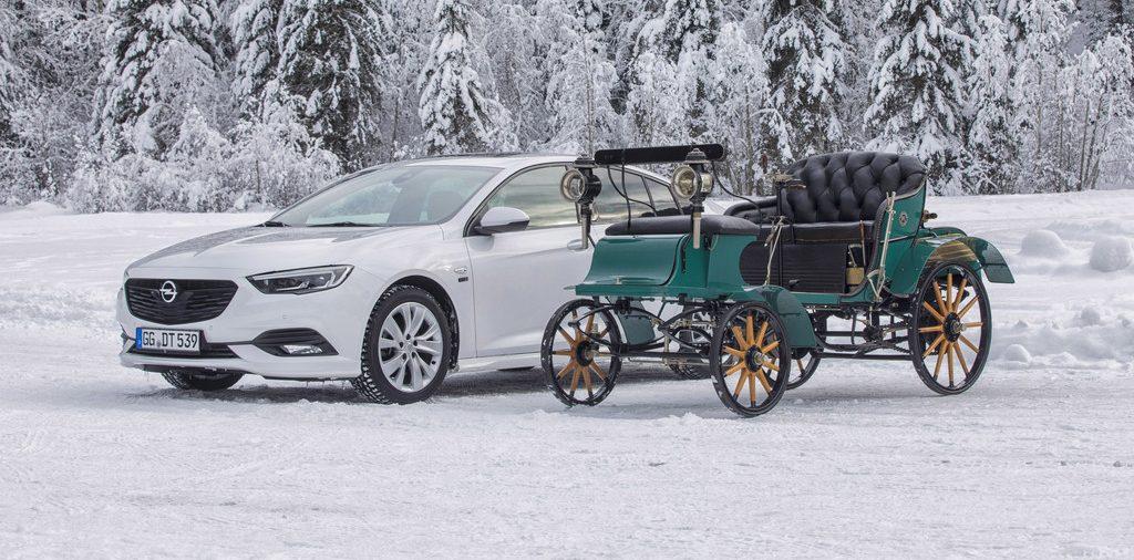 Opel Insignia Grand Sport mit Opel Lutzmann (1899).