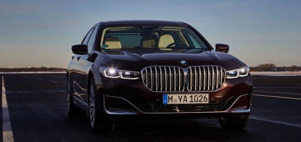 Die wuchtige BMW-Niere verleiht dem gelifteten 7er einen imposanten Auftritt.