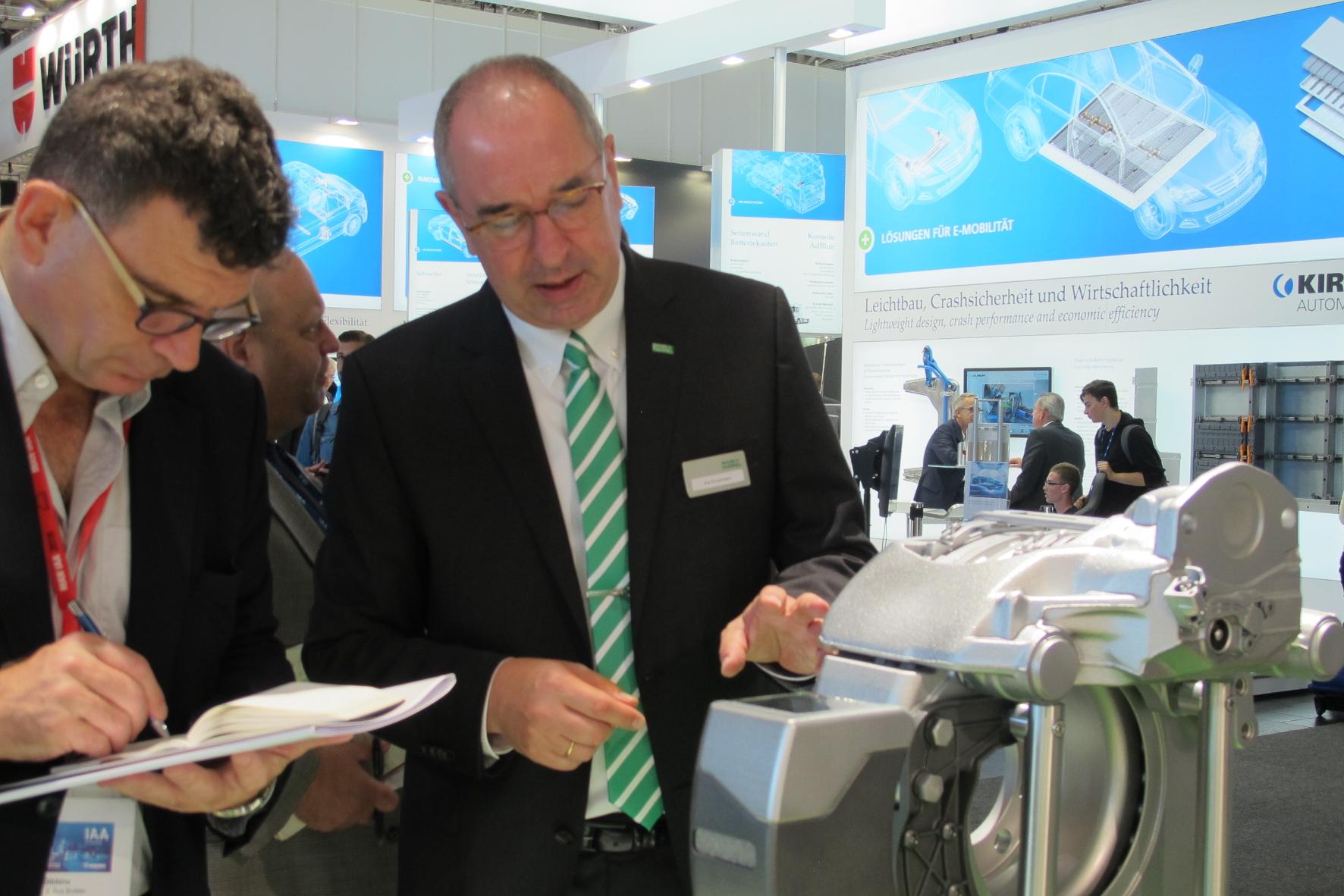 Kai Knickmann, Geschäftsführer Erstausrüstung bei MANN+HUMMEL, erläutert das System.